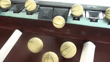 Sortie du melon sur table de réception
